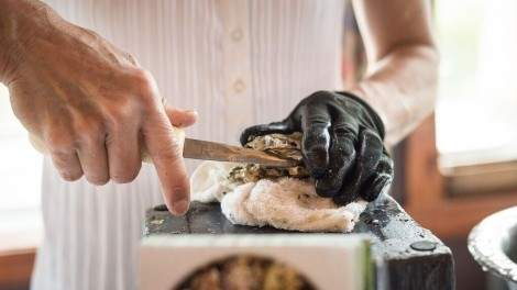 Image for How to choose the right oysters and shuck them at home